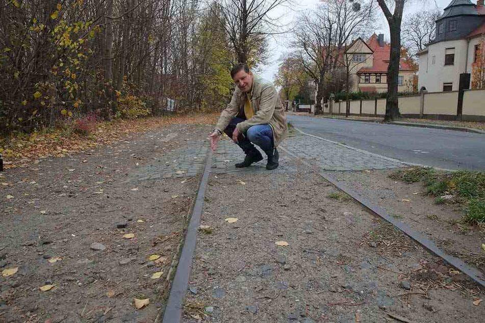 Jens Genschmar (49) zeigt die alten Gleise der Schmalspurbahn. Der Stadtrat will eine Wiederaufnahme der Strecke prüfen lassen.