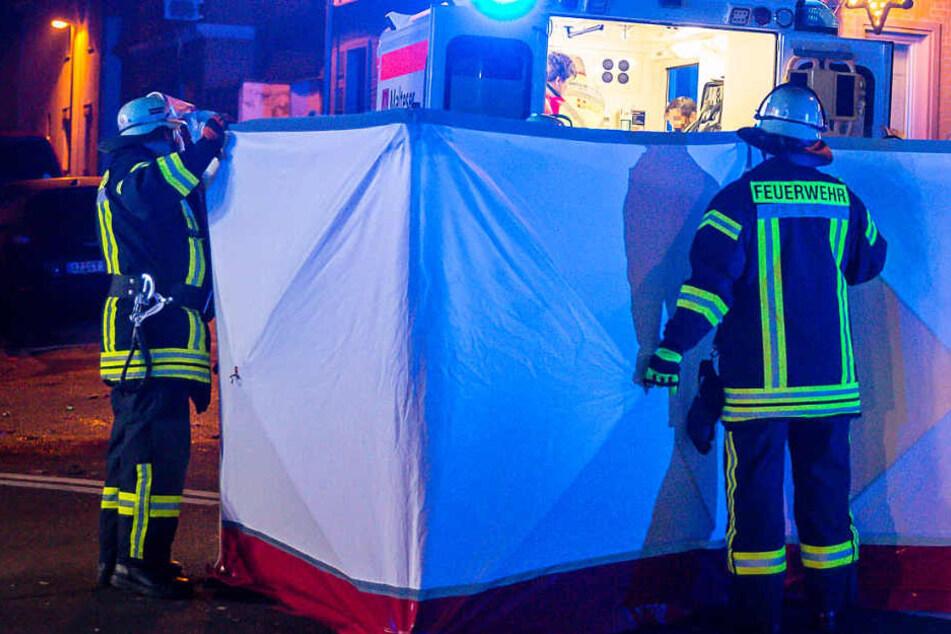 Einsatzkräfte der Feuerwehr schirmten die Unfallstelle in Mainz ab.