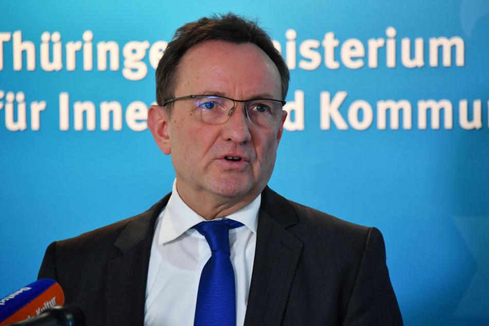 Nach Auffassung von Innenminister Holger Poppenhäger sollten Anhänger rechtsextremer Gruppierungen keine gefährlichen Waffen mehr besitzen.