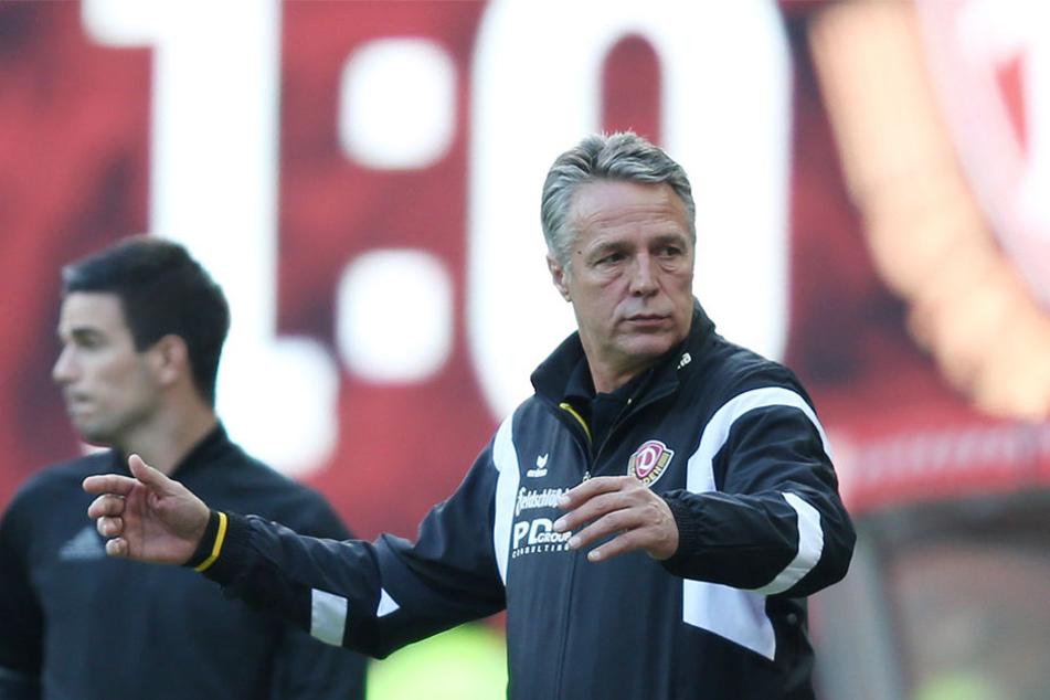 Die Anzeigetafel zeigt den Rückstand der Dresdner Dynamos. Uwe Neuhaus war nach der Niederlage auf dem  Betzenberg bedient und hofft auf Wiedergutmachung am Sonntag gegen Würzburg.