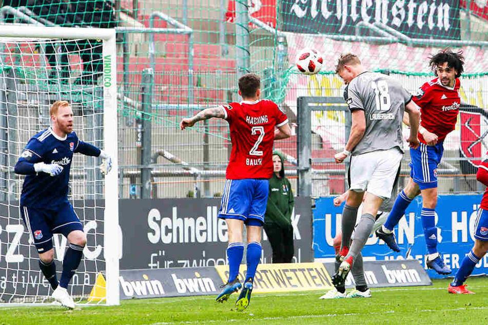 Zwickaus immer besser werdender Angreifer Lion Lauberbach (2.v.r.) netzt hier beim Spiel in Unterhaching per Kopfball zum siegbringenden 1:0 ein.