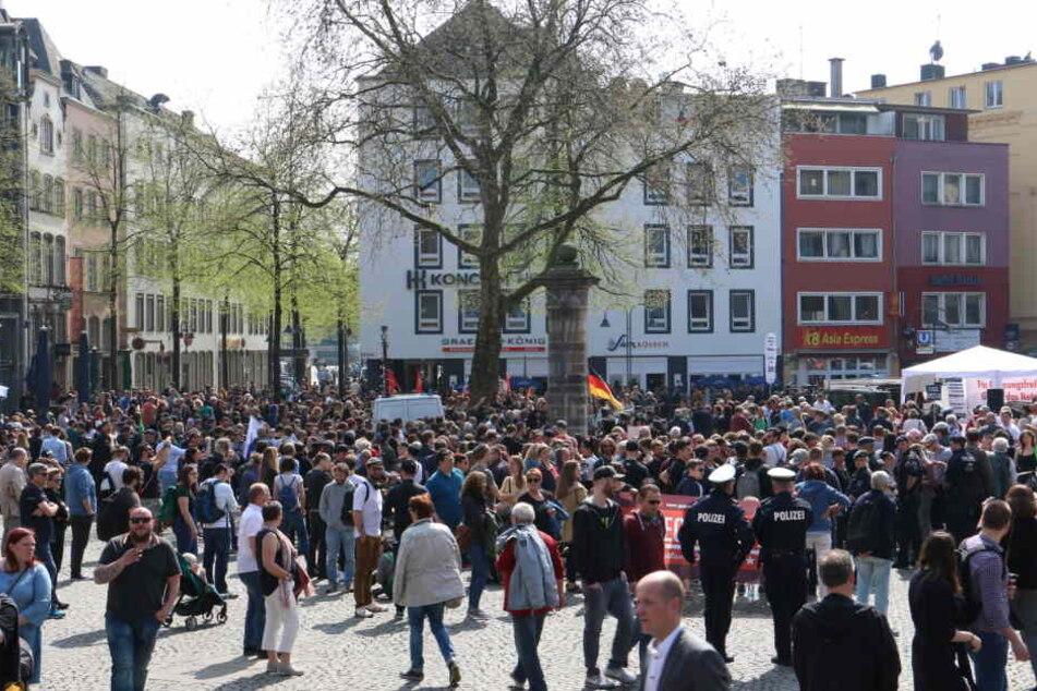 Demonstranten auf dem Alter Markt in Köln.