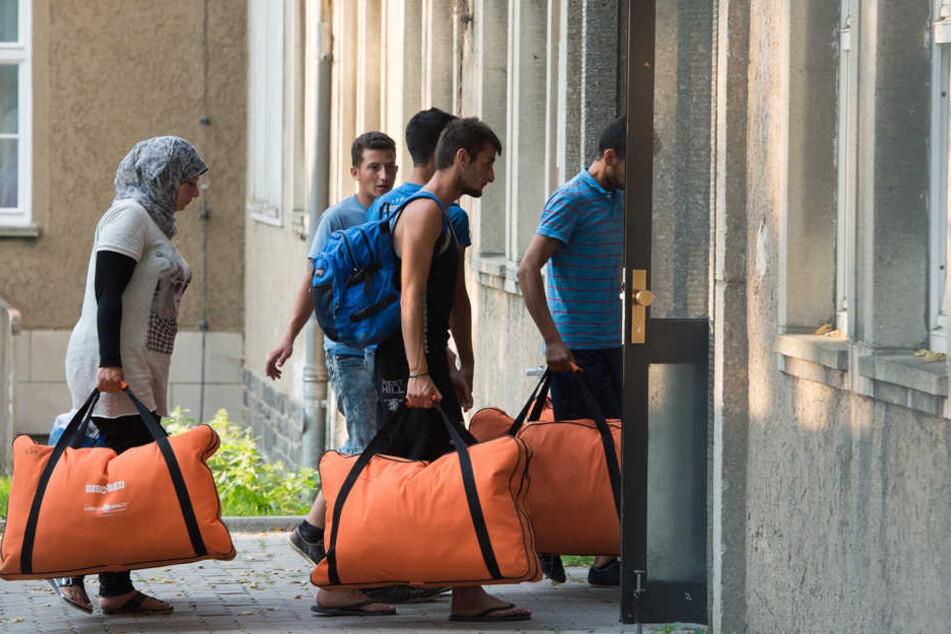 Flüchtlinge in Leipzig auf dem Weg zu ihrer Unterkunft. Wer eine eigene Wohnung haben will, muss offenbar Schmiergeld zahlen.