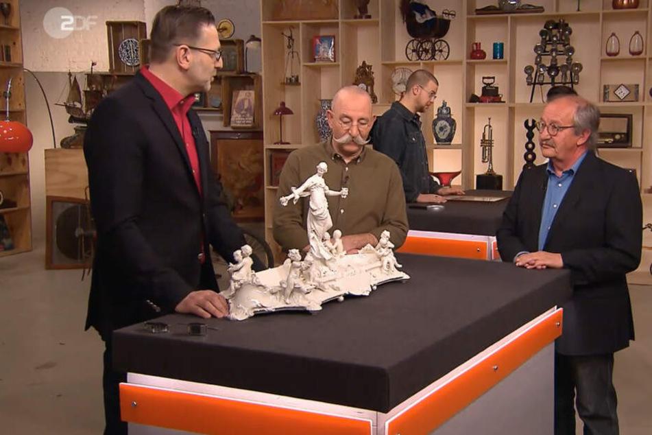 Auch Experte Detlev Kümmel (li.) ist schwer begeistert von der Porzellan-Schale. Horst Lichter (mi.) und Verkäufer Heinrich Heer (re.) lauschen gespannt seinen Ausführungen.