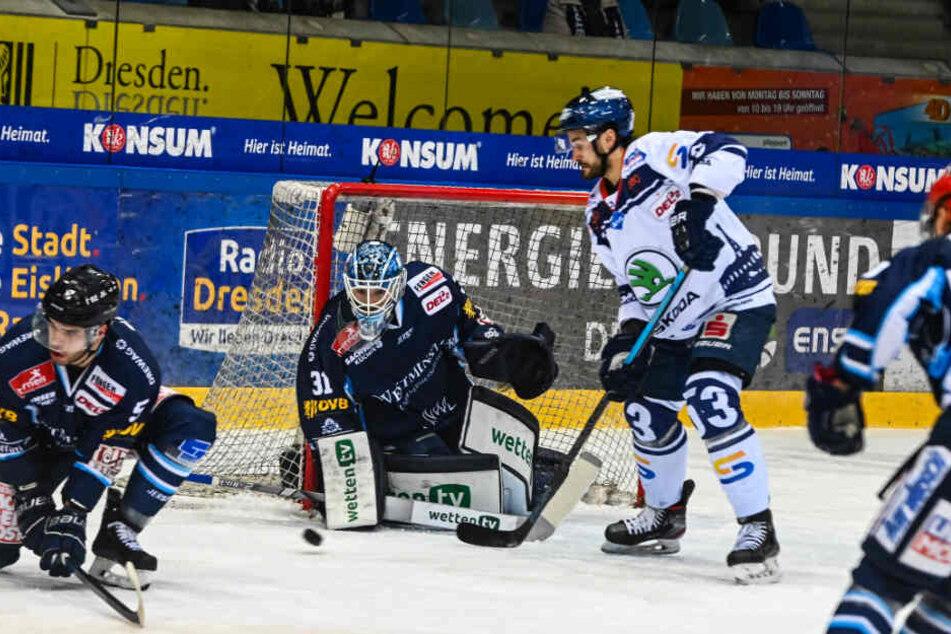 Eislöwen-Goalie Marco Eisenhut, hier gegen Kassels Spencer Humphries, hatte großen Anteil am Dresdner Sieg.