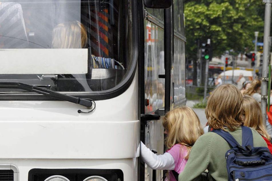 Beim Einsteigen soll der Fahrer die Mädchen nicht auf das Zusatzticket hingewiesen haben. (Symbolbild)