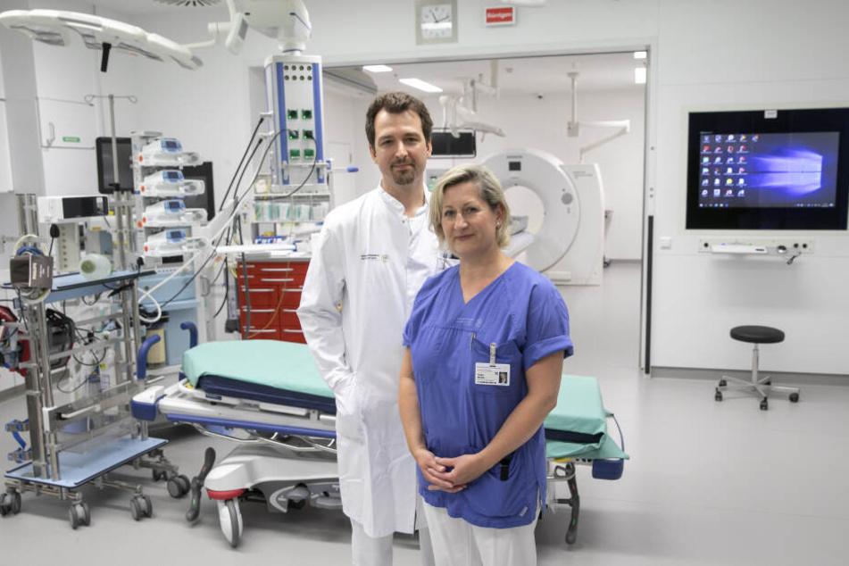 Pflegeleiterin Katja Mühle (46) mit Notaufnahme-Chef Christian Kleber (40) im neuen Schockraum mit angeschlossener Computertomografie (CT).