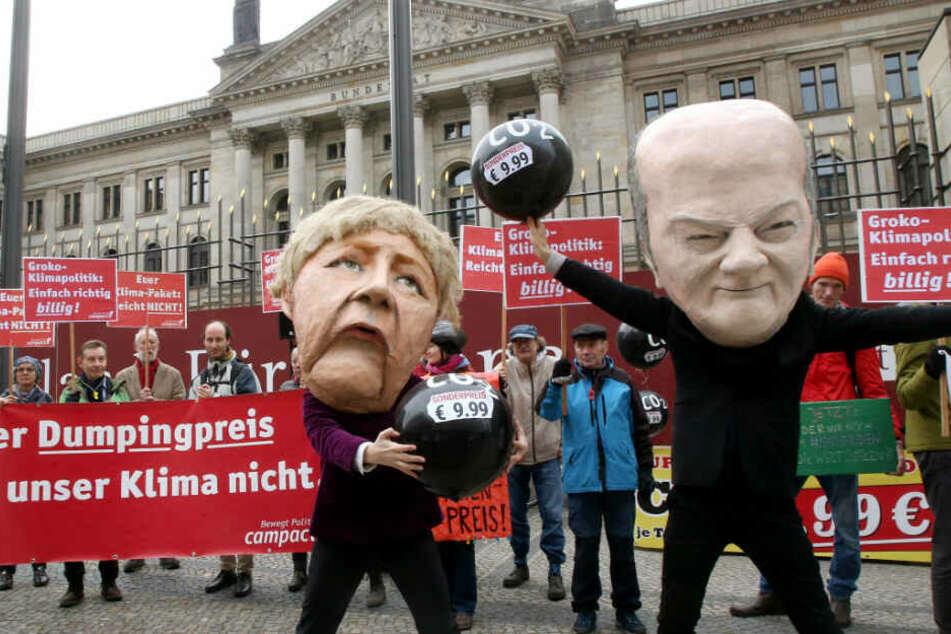 Menschen demonstrieren vor dem Bundesrat gegen die Klimapolitik der Bundesregierung.