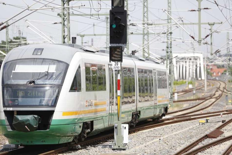 Unglück in Ebersbach! Ein 67-Jähriger wurde von einem Zug überrollt und ist gestorben. (Symbolbild)