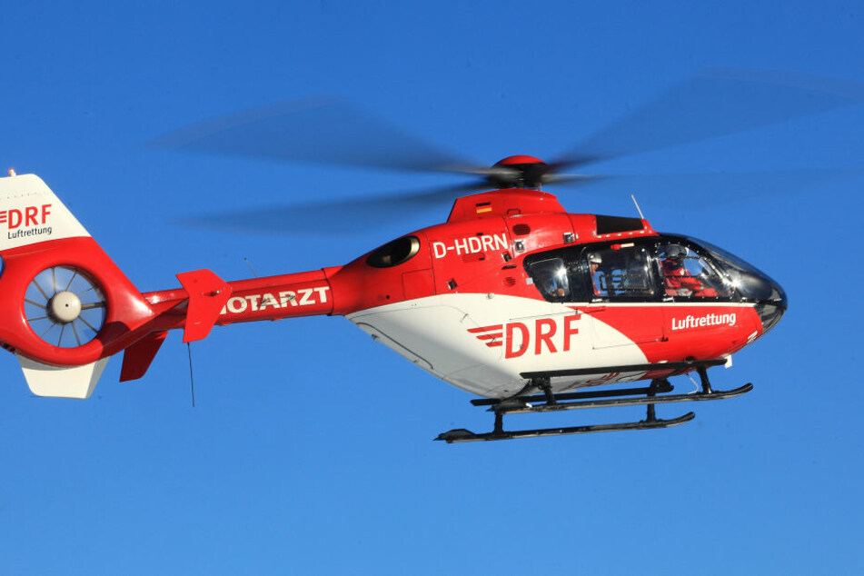 Noch ist unklar, warum der Sattelzug von der Fahrbahn abkam. Der verletzte Jugendliche wurde per Helikopter in ein Krankenhaus gebracht. (Symbolbild)