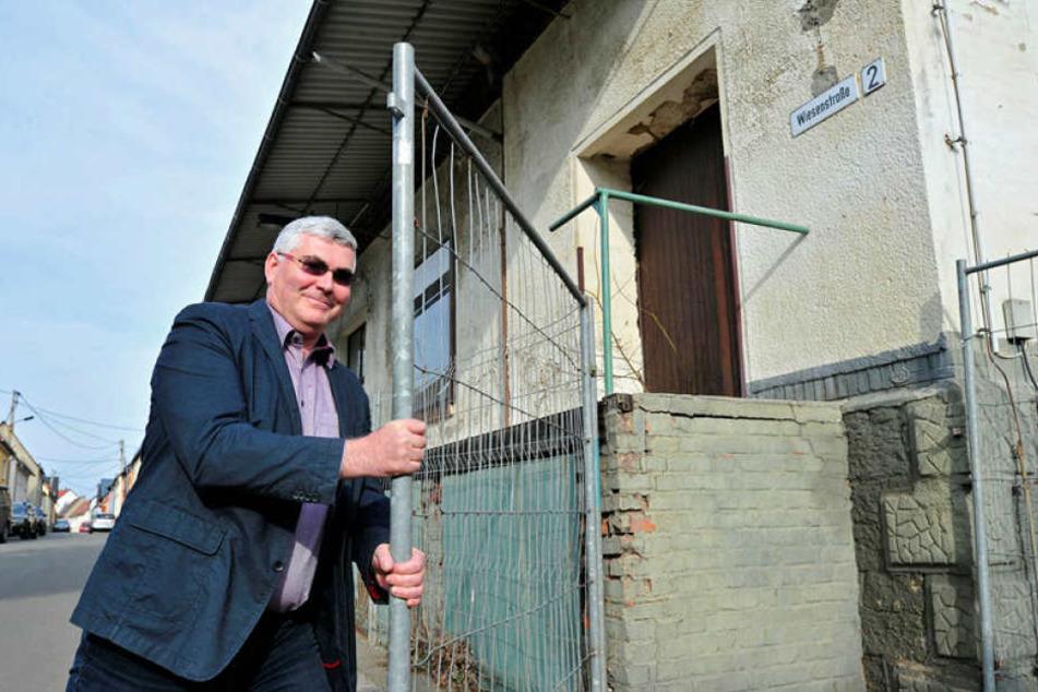 Achtung, Einsturzgefahr: Bürgermeister Tino Kögler (46) leitet alles für den  Abriss in die Wege.