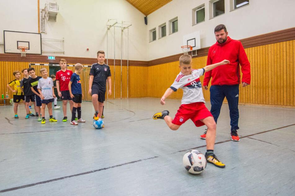 Tom Tolkmitt (30, r.) trainiert sechs Jugendmannschaften der SG Neukirchen.