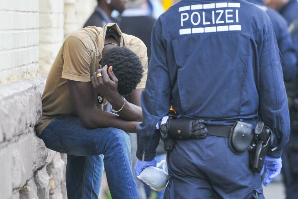Razzia in Flüchtlingsunterkunft! 400 Polizisten im Einsatz