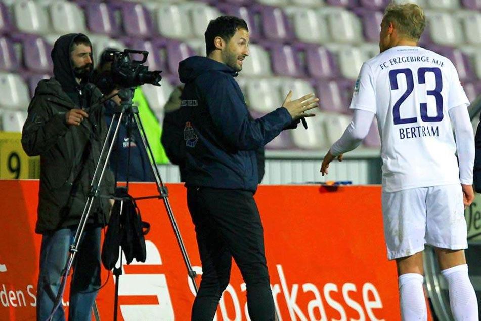 Kontern oder lieber erst einmal den Ball halten - Aues neuer Trainer Domenico Tedesco (l.) - im Gespräch mit Sören Bertram - sucht nach der richtigen Balance.