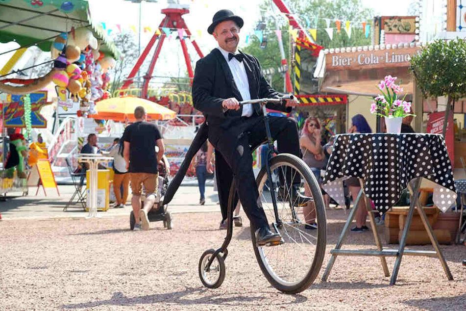 Bei der Eröffnung des Jahrmarktes war ein Richard-Hartmann-Double auf einem Hochrad dabei.