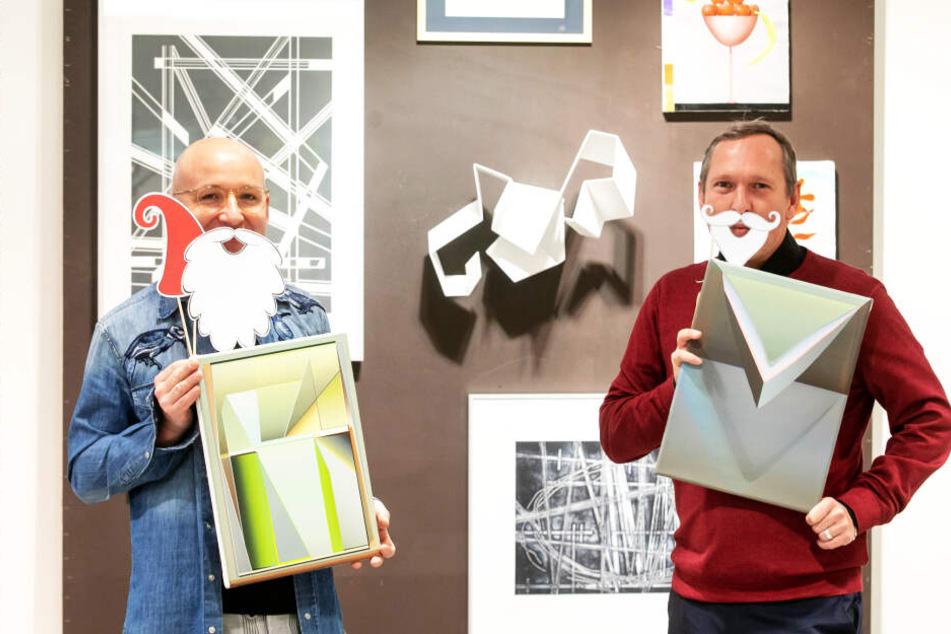 """Ho ho ho! Sören Schürer-Zander (43) und Jens Heinrich Zander (49, r.) laden, charmant mit Witz und Bart, zum """"Weihnachtsmarkt der bildenden Kunst"""" ein."""