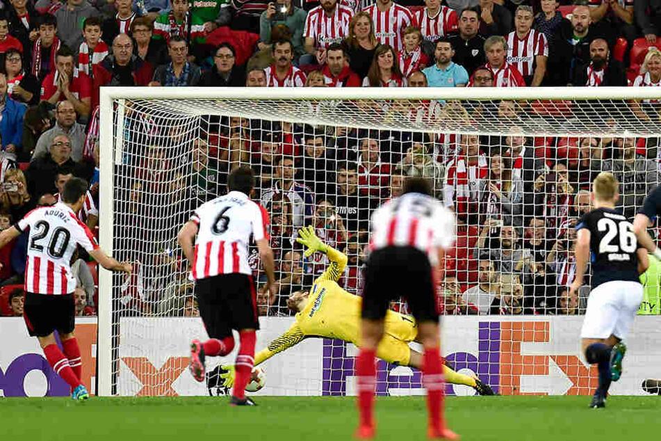 Aritz Aduriz (l) von Bilbao erzielt den Ausgleichstreffer zum 1:1.