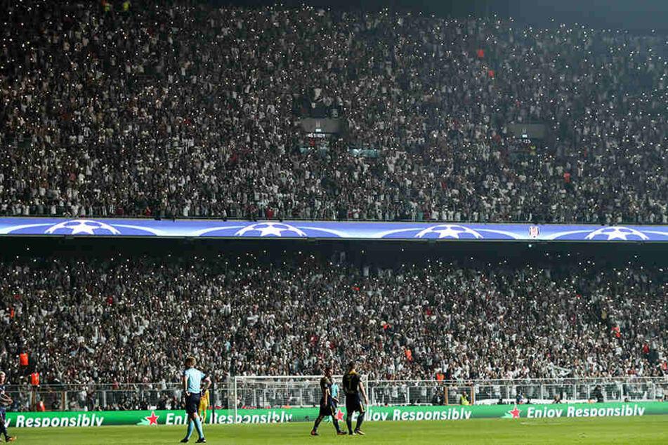 Nach dem Ausfall einer Hälfte der Stadionbeleuchtung hielten die 40.000 Zuschauer ihre Handys mit eingeschalteter Taschenlampe hoch.