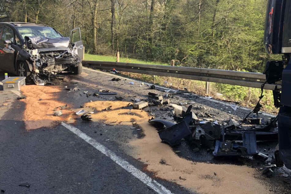 Autofahrerin will bei Tempo 50 Lkw überholen: zwei Tote