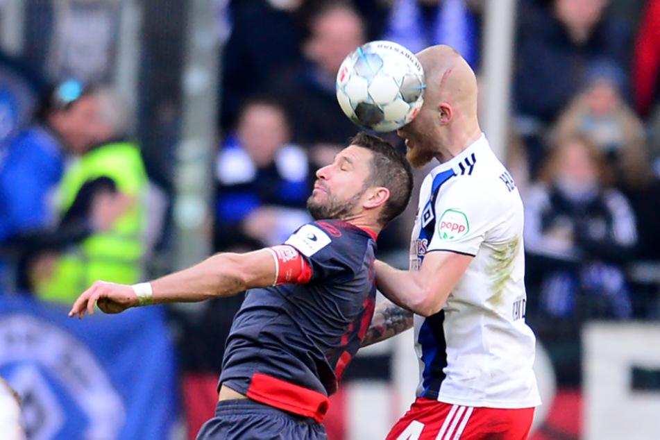 Rick van Drongelen gewinnt das Kopfball-Duell gegen Marco Grüttner.