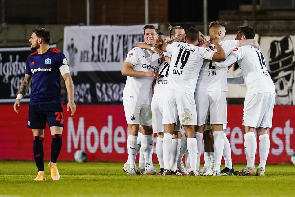 Die Spieler des SV Sandhausen jubeln über ihren Treffer zum 1:0, während Tim Leibold (l.) meckert. Der HSV-Kapitän war über 90 Minuten überhaupt nicht zu sehen.