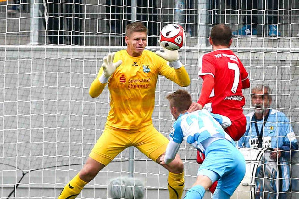 Auch diesen Kopfball von Benjamin Kaufmann pariert Torhüter Jakub Jakubov im Spitzenspiel gegen Nordhausen. Jakob Gesien kommt einen Schritt zu spät.
