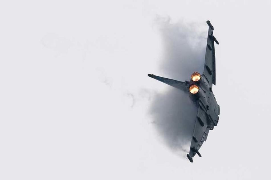 Ein Eurofighter der Bundeswehr während einer Flugshow.