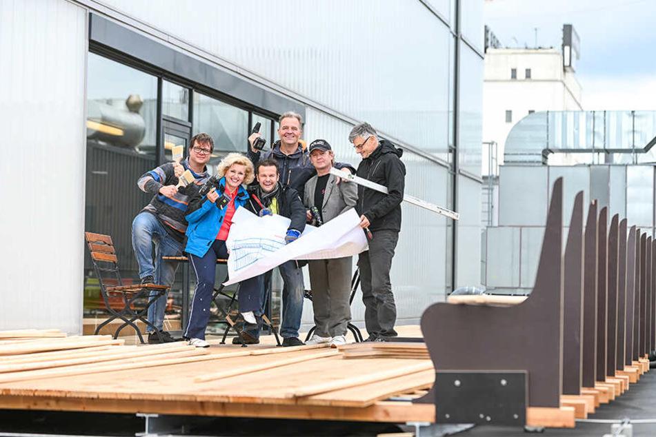 """Die Kultur-""""Baubrigade"""": Florian Frisch (43, v.l.), Ingeborg Schöpf (52), Andreas Sauerzapf (45), Elmar Andree (52), Dietrich Seydlitz und Mario Radicke (59) auf der Dachterrasse."""