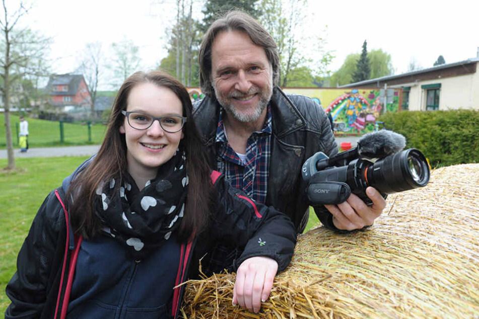 """Mit den Leuten von Jugendrätin Elisa Olzmann (17) dreht TV-Moderator Ingo  Dubinski (53) einen Video-Clip über die """"Verrückte Landolympiade""""."""