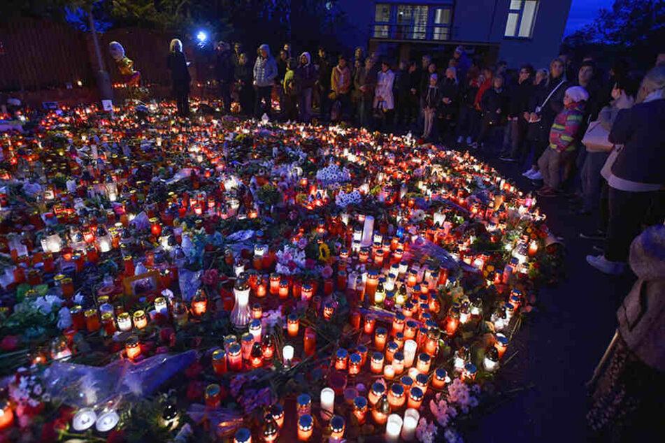 Vor der Villa des verstorbenen Stars legten Fans Blumen, Kerzen und Fotos nieder.