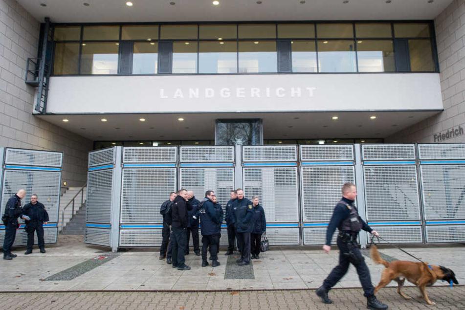 Polizisten am Freitag vor dem Landgericht in Leipzig.