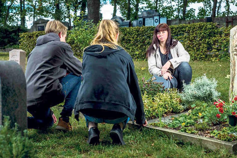 Damit der Grabstein wie schriftlich angekündigt nicht um acht Uhr entfernt  wird, hält die Familie auch heute Grab-Wache.