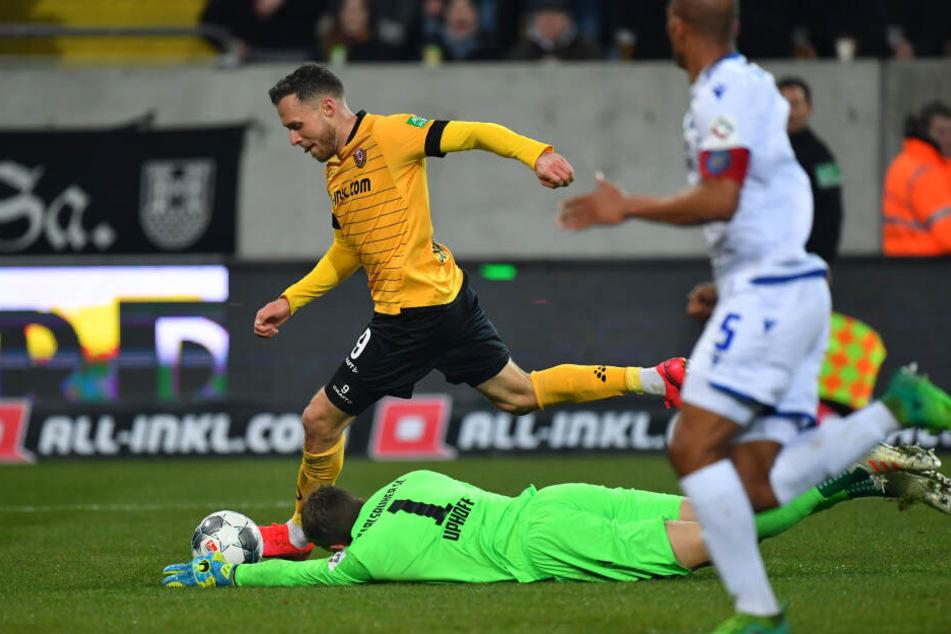 Hier hatte Schmidt den KSC-Torhüter am Mittwoch bereits fast umkurvt, am Ende rettet Pisot auf der Linie und verhinderte den ersten Schmidt-Treffer für Dynamo.