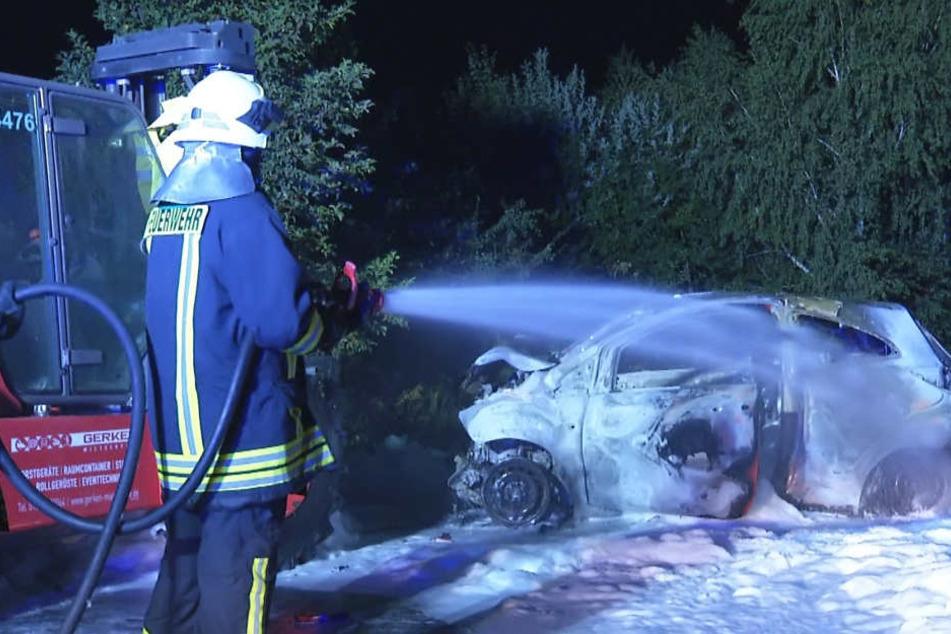 Der ausgebrannte Ford Ka - mit einem Schaumteppich verhinderte die Feuerwehr  das Übergreifen der Flammen auf Gabelstapler und Vegetation.