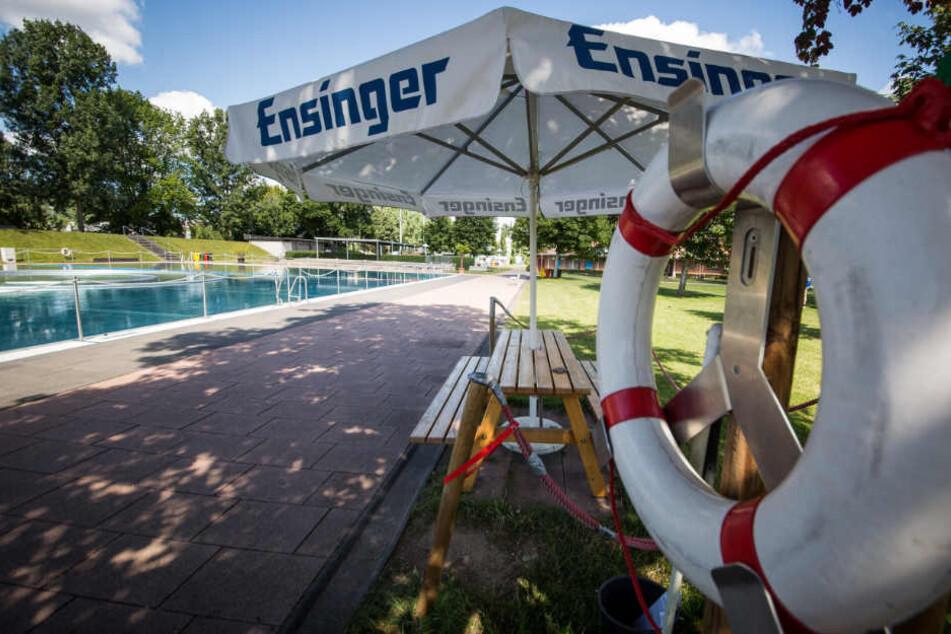 Teils bleibe Schwimmbäder geschlossen - wegen Personalmangel. (Symbolbild)
