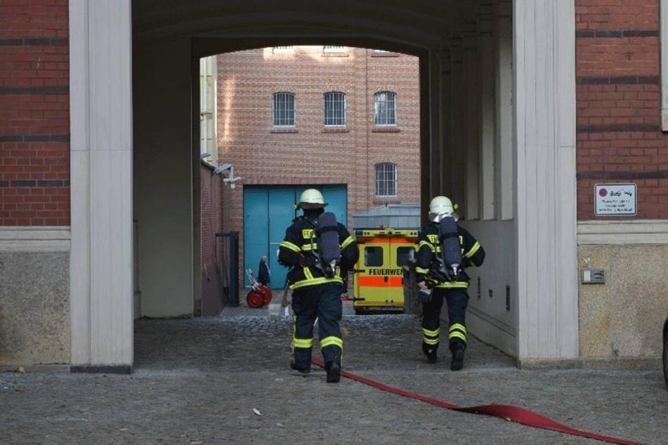 Kameraden der Feuerwehr auf dem Weg zum Gefängnisgebäude in Görlitz.
