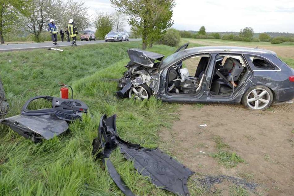 Auch der Audi wurde bei dem Unfall komplett zerstört, überschlug sich und blieb auf einem angrenzenden Feld stehen.