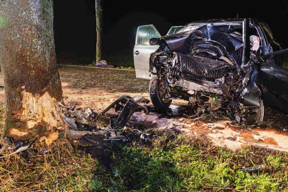 Tod im Nebel: Skoda kracht frontal gegen Baum, Fahrerin stirbt noch vor Ort