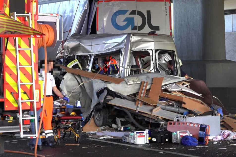 Ein Lkw war in ein Stauende gekracht, zerfetzte den Transporter regelrecht.