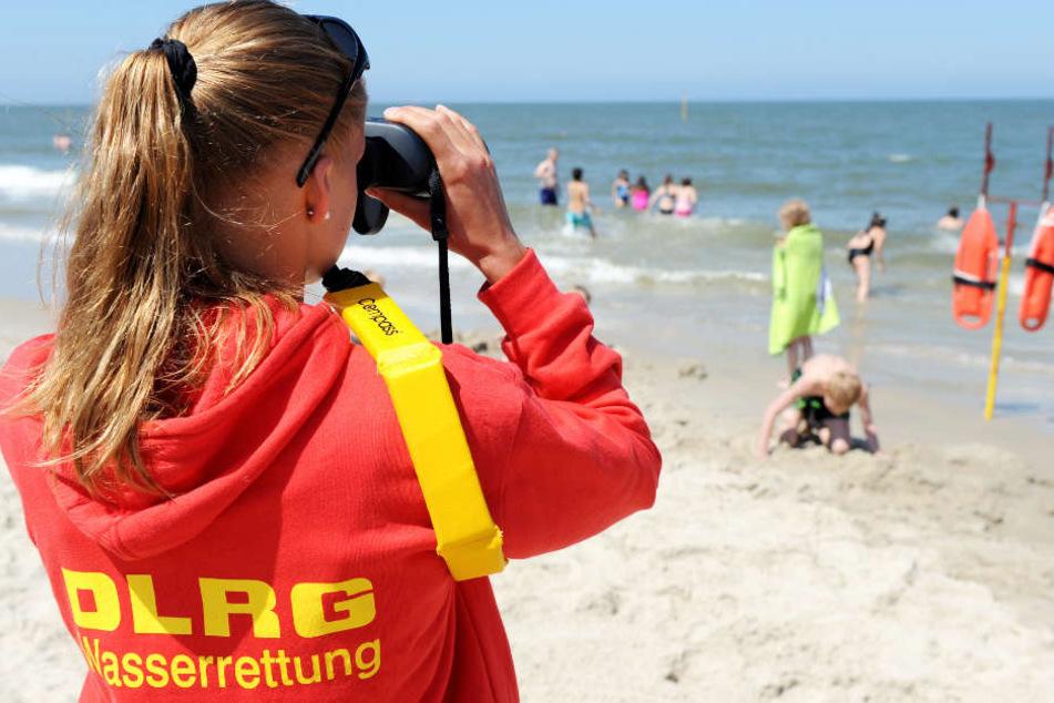 Freiwillige Rettungsschwimmer bewachen im Sommer die Badestrände. (Archivfoto)