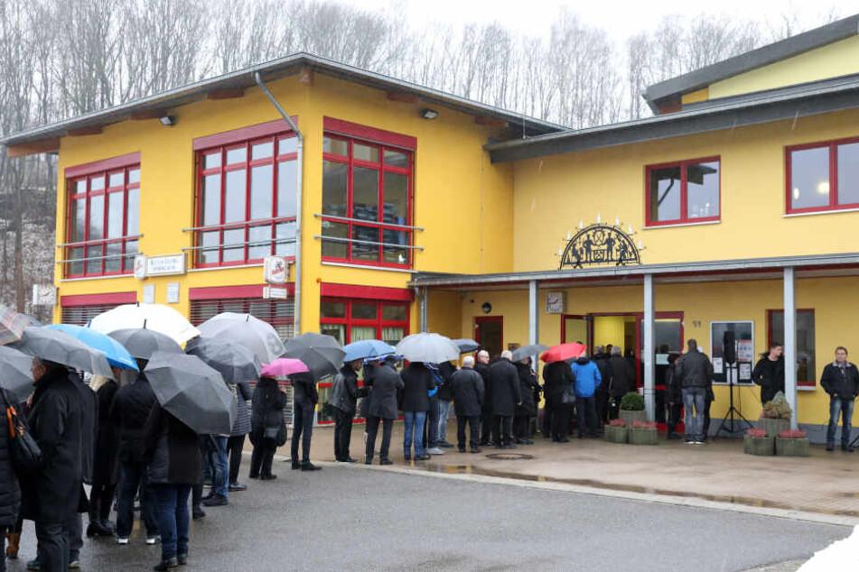 Fast 800 Menschen nahmen bei einer bewegenden Trauerfeier in Schwarzenberg Abschied von Box-Weltmeister Markus Beyer.