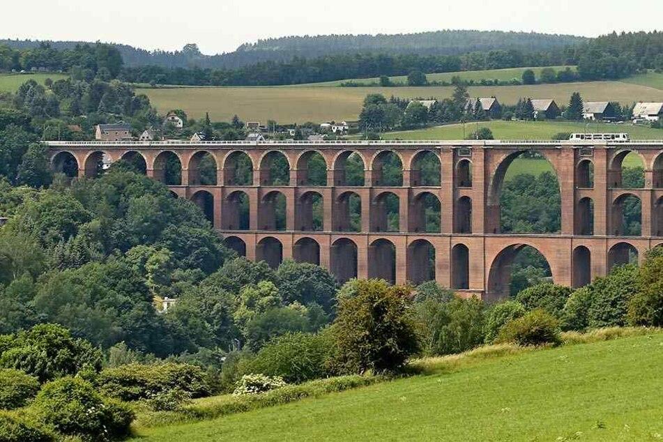 Kleiner Zug, große Brücke: Eine Vogtlandbahn rollt über das Viadukt (l.).