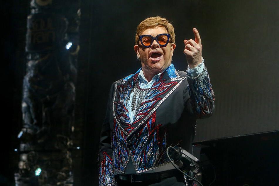 Elton John wirft dem russischen Präsidenten Putin Doppelzüngigkeit vor.