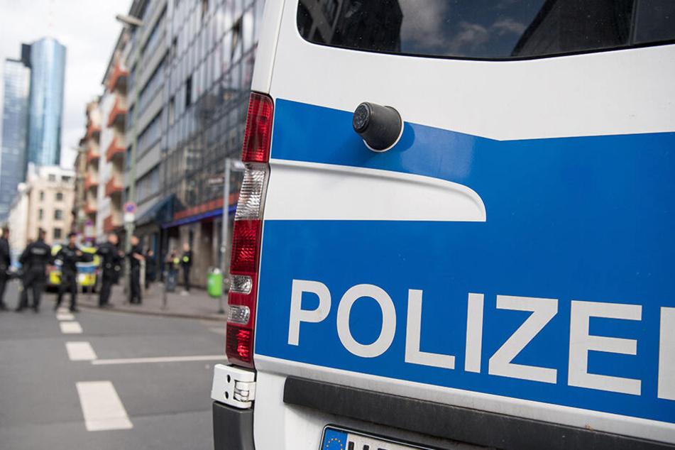 Ein aggressiver Autofahrer ist am Dienstagnachmittag an einer Ampel auf einen Mann losgegangen. Die Polizei sucht Zeugen. (Symbolbild)