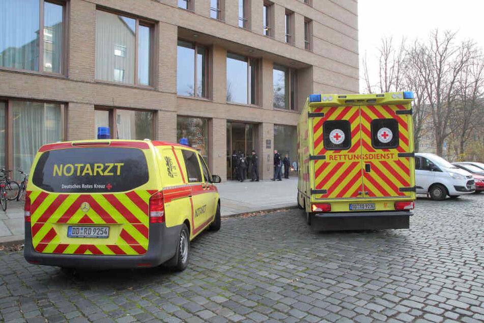 Krankenwagen und Notarzt wurden ins Amtsgericht gerufen, um dem verletzten Amtsleiter zu helfen.