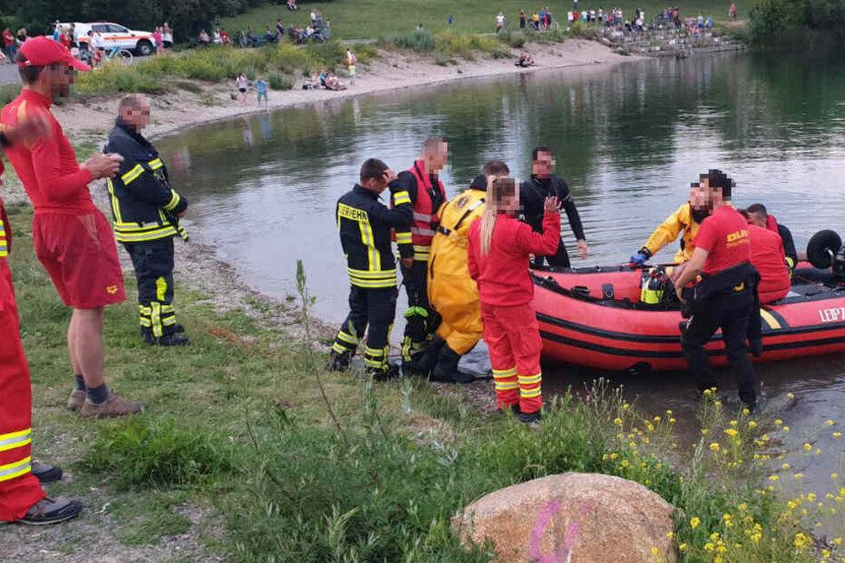Auch mit einem Schlauchboot wird nach dem Vermissten gesucht.