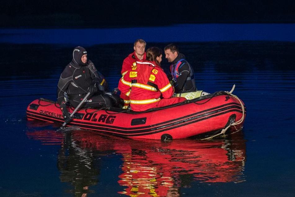Ein DLRG-Boot sucht am 25.06.2017 in Müssen (Schleswig-Holstein) einen Kiessee ab. Ein jugendlicher Schwimmer wird seit dem Abend in dem See vermisst.