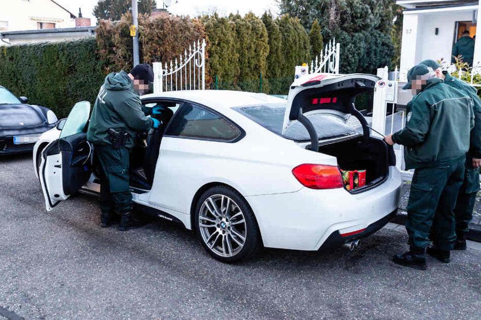 Die Zollbeamten beschlagnahmten auch mehrere Luxusautos.