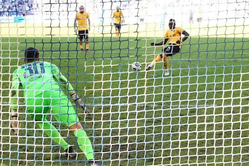 Gegen Alexander Brunst (l.) verschoss Dresden-Angreifer Moussa Koné (r.) in Magdeburg einen Elfmeter. Statt mit dem 3:1 für Ruhe zu sorgen, gab es postwendend den 2:2-Ausgleich. Zwei Punkte gingen verloren.