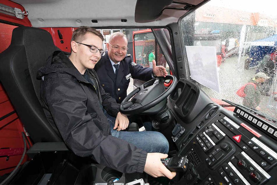 Dresdens Feuerwehrchef Andreas Rümpel (58) will potenziellen Nachwuchs wie Erik Bleyl künftig auch in Dresden ausbilden lassen.
